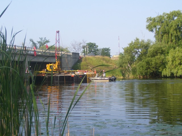 barge-gowing-under-bridge